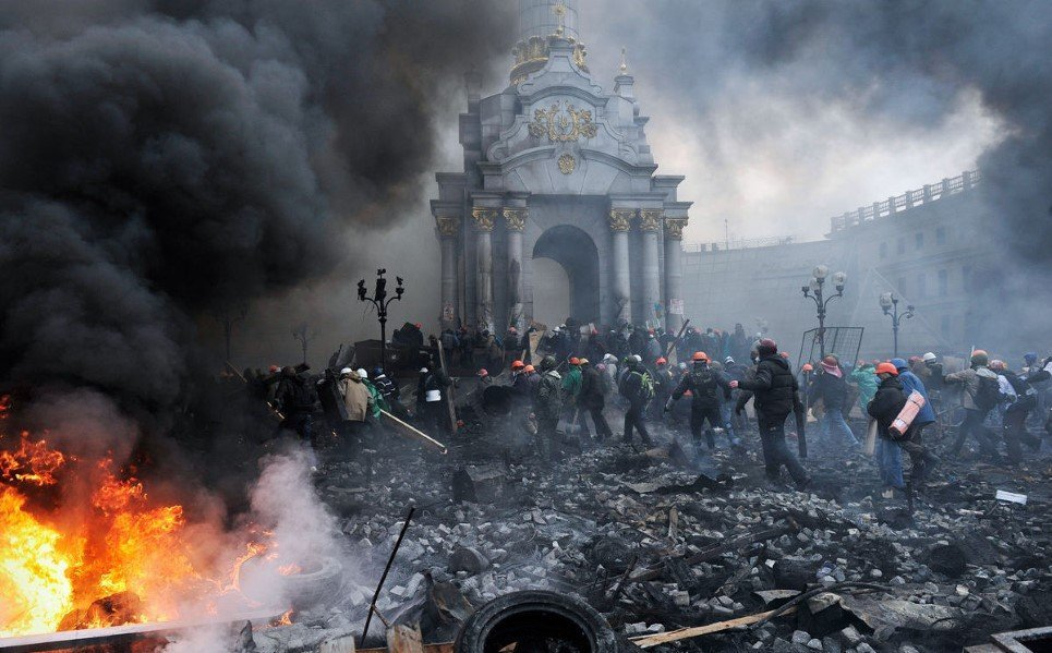 28. Armed protesters advance towards police barricades in Kiev - February 20, 2014.