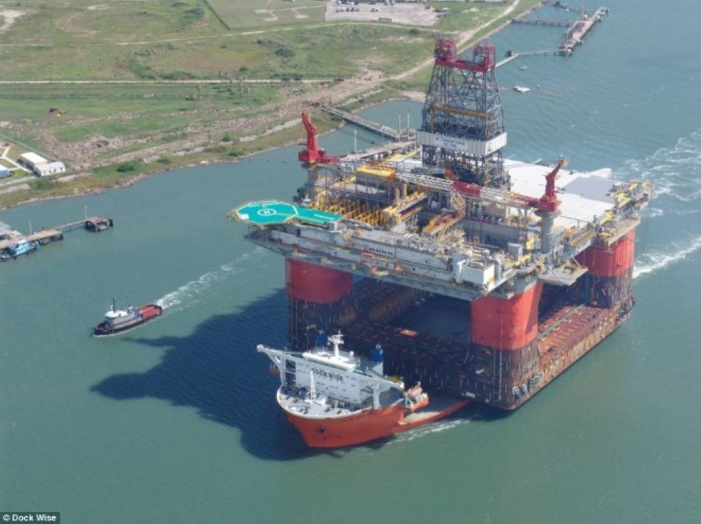 In 2004, Blue Marlin delivered BP's 59,500 tons semi-submersible Thunder Horse platform from Okpo, South Korea to Corpus Christi, USA, setting a new record.